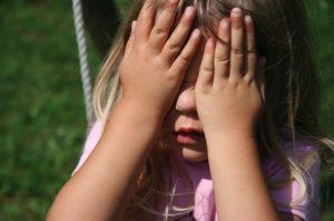 Un enfant qui ne parle pas à l'école signe de mutisme sélectif